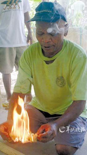 矮人族演示钻竹取火