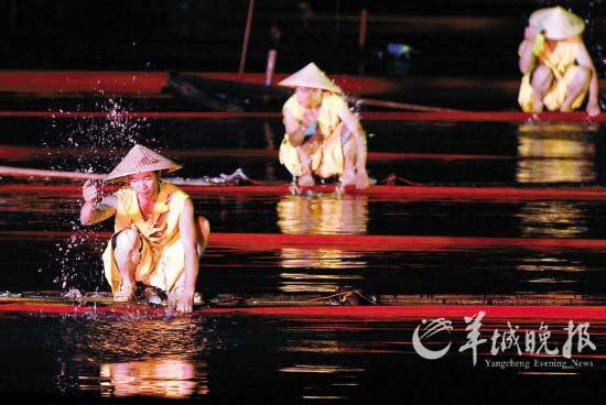 《印象・刘三姐》的演员绝大多数是当地渔民。(新华社供图)
