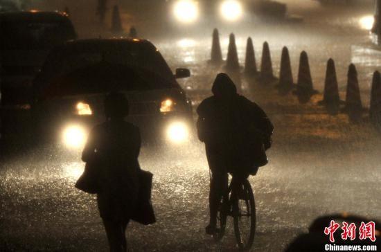 6月23日下午,北京一场大雨降下。 中新社发 邹宪 摄