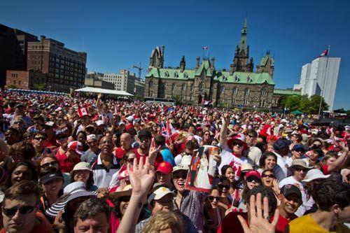 三十多万民众聚集在国会山前,热情欢迎威廉王子夫妇的到来