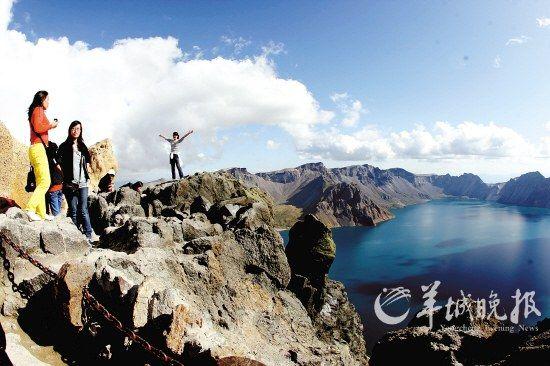 吉林省延边州长白山天池在蓝天白云的映衬下分外美丽,吸引国内外游客拍摄观赏 CFP供图