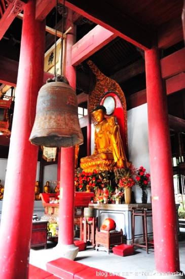 寺庙建筑、摆设和佛像看上去都是新近重建的,只有一口铁钟看上去有些年头