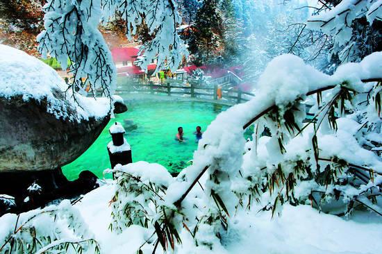 雪山前泡温泉,是一件何等享受的事情。(摄影:文月)