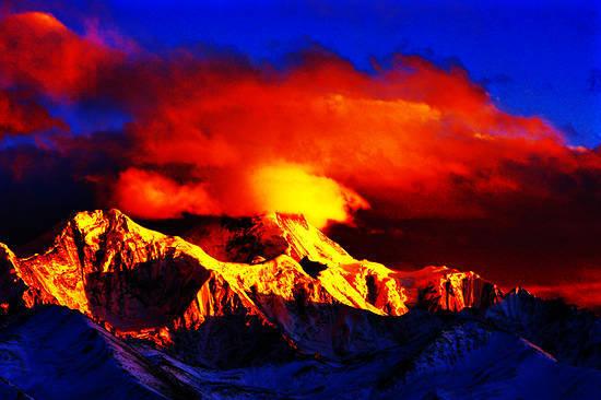 日照金山,日出时数十座雪峰光芒万丈,瑰丽辉煌。(摄影:李忠华)