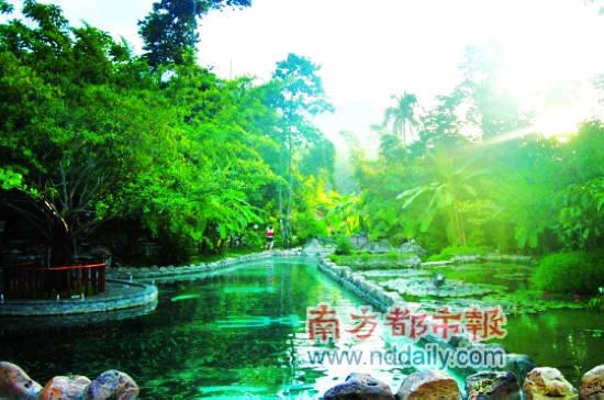 在七仙岭山涧中泡温泉。