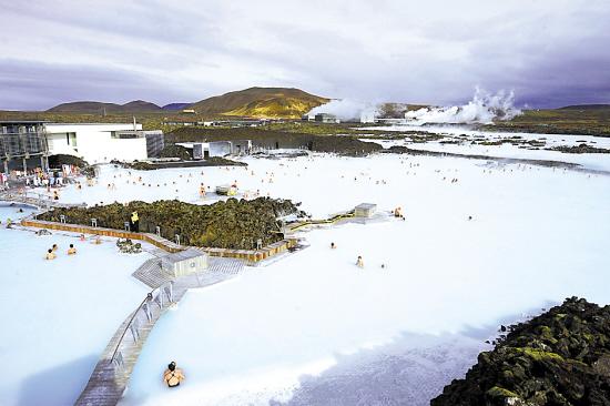 冰岛蓝湖是一露天温泉,整个被火山岩包围