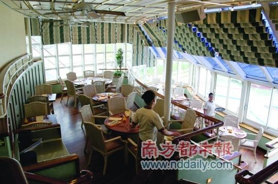 船上的免费餐厅可以让游客顿顿不重样地吃个够。