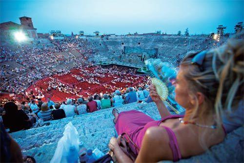 维罗纳古罗马露天剧场在规模上仅次于罗马斗兽场和坎帕诺圆形剧场,也是当今世界上定期举行演出的最大露天歌剧院