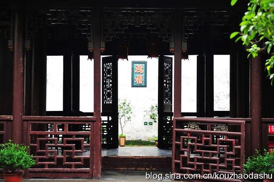 仪门下七十厘米高的楠木门槛也象征着主人显赫的地位