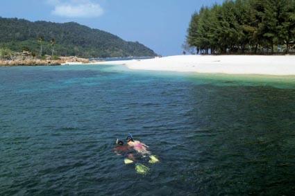 享受热浪岛的休闲
