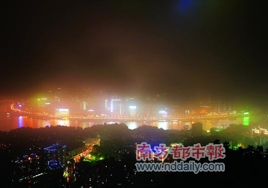 小雨中迷人的重庆夜景。C FP供图