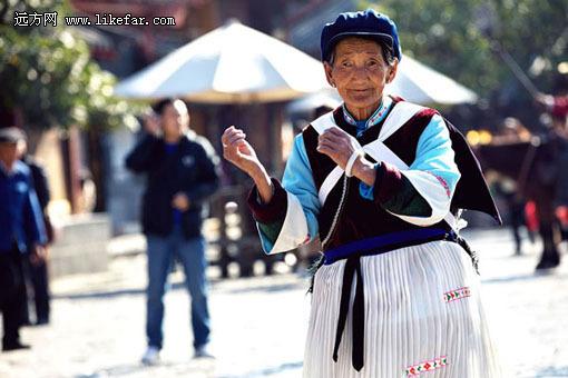 纳西老奶奶的舞姿很逗人 作者:李双喜