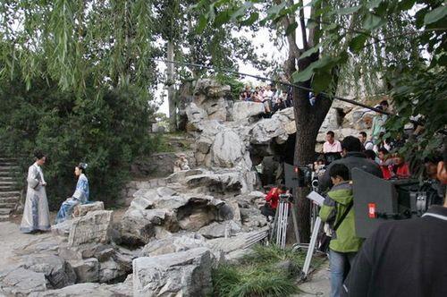 剧组在大观园中拍摄时,有众多游人围观 来源:刘立