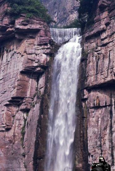 新浪旅游配图:瀑布飞流而下 摄影:视界的江湖