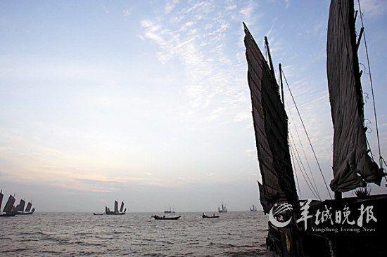 星星点点的老式水泥木桅帆船在日出柔和的光线中获得一个个大小不一,精致而经典的剪影