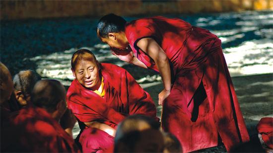 每天下午3点举行的辩经活动,是色拉寺最有特色的人文景观之一。