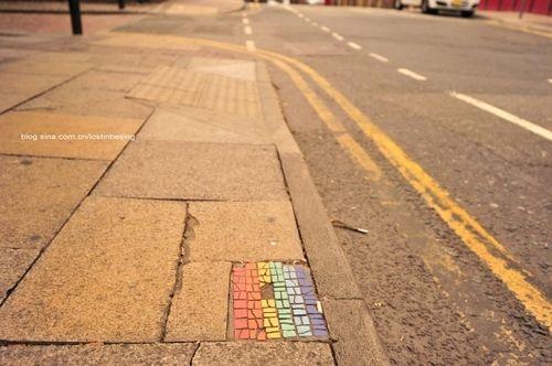 新浪旅游配图:街道上的彩虹旗标志 摄影:寒江独钓