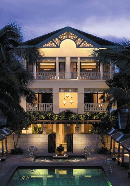 了解半岛酒店享誉国际的原因及特色:例如酒店大门的中式石狮子,著名的