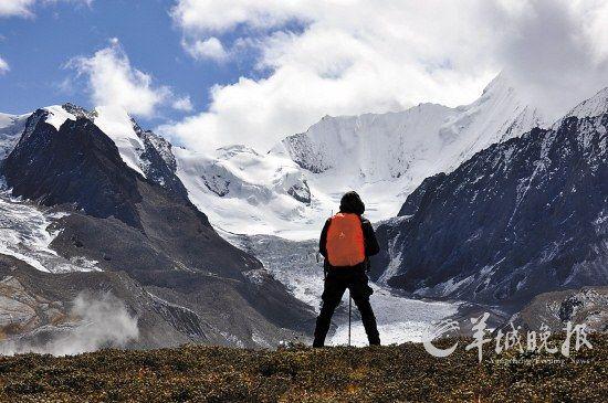 爬上近5000米的垭口前眺望的小贡嘎山,雪山近在眼前,随时都能看到雪崩