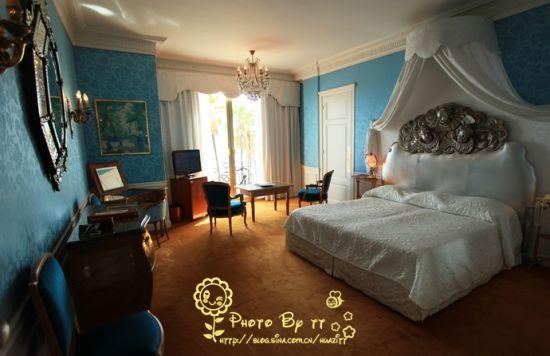 每一个房间都经过了精心的布置,富有个性化,房间内摆设着气度不凡的古董家具。