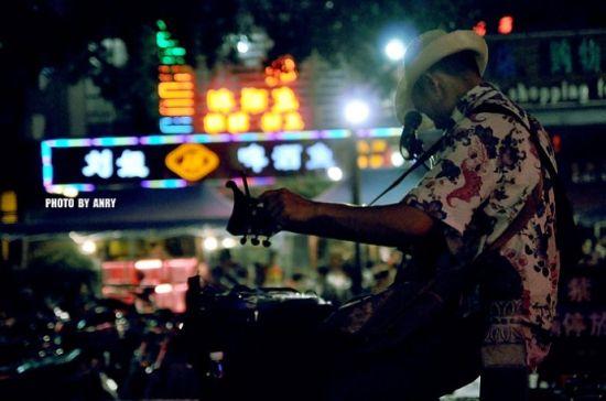 新浪旅游配图:街头卖唱的人 摄影:Anry
