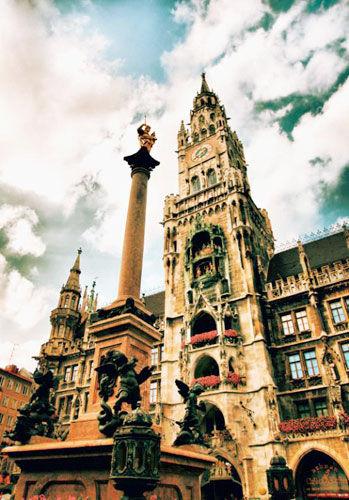 广场中央是圣玛丽恩纪念柱,圣玛丽恩是巴伐利亚的保护神。