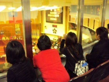 图为游客参观台北议会