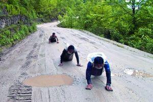 路上朝拉萨磕长头的藏民们。