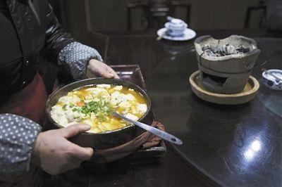 廿八都古镇上一家乡村菜馆里的石锅风炉豆腐。