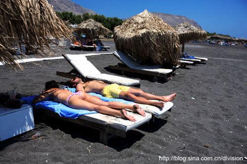 日光浴成为黑沙滩一道靓丽的风景线