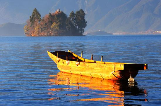 漂浮在湖面的木船