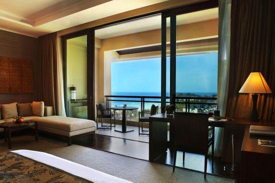 酒店共有299间格调高雅的客房及套房,最小面积已达80平米冠居三亚。当代设计风格的房间内均配有先进设施,洋溢本地风情的设计元素如匠心独运的木质家具、华美的织物及原住民艺术品则借鉴自海南和巴厘岛山区部落的传统文化。由每间客房的私人阳台,均可欣赏醉人海景或高尔夫球场景致。   32栋精致私人别墅紧邻海滩,更具私密度及尊贵感。每栋均设私人泳池及花园,住客更可尊享仅限别墅客人使用的豪华会所。海南最令人叹为观止的总统套房分为双层,共设七间卧室并附带私人园景泳池。而莱佛士酒店及度假村传统特色服务莱佛士管家可