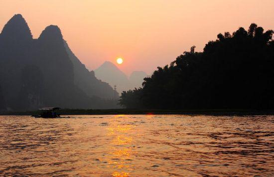 清晨,朝阳下的漓江