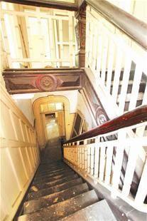 图为:洞庭街91-97号内部楼梯