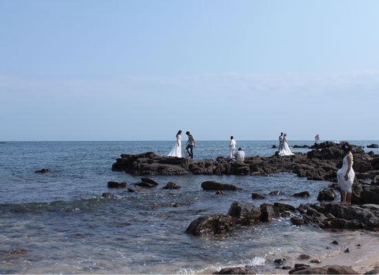 到怪石滩拍婚纱照的新人们 图片来源:AutoVIP®车神 新浪博客