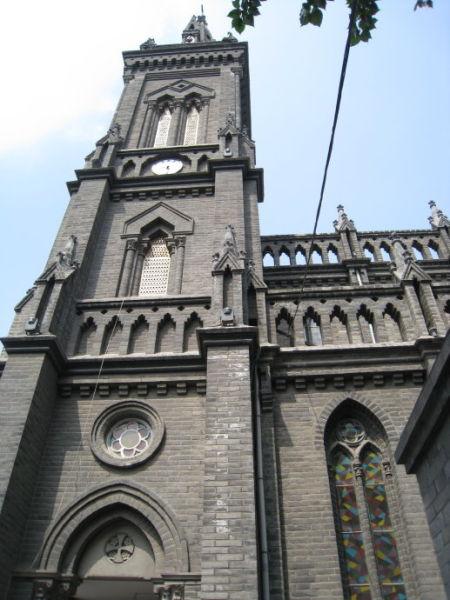 南关教堂属于哥特式建筑,可与巴黎圣母院媲美