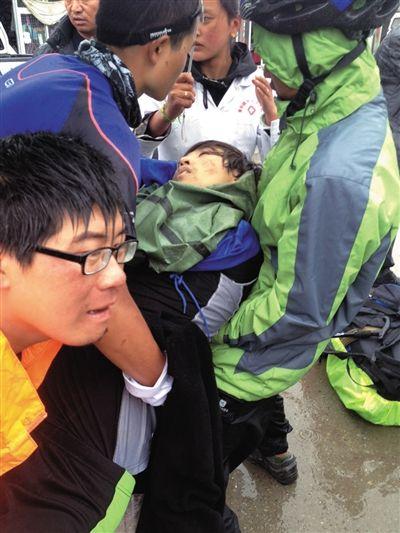 26岁的北京驴友李翔在川藏路通麦天险处被落石击中