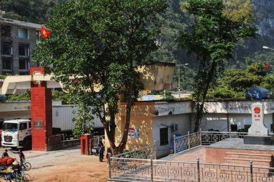 中国的界碑 越南的关口 图片来源:独行侠H 新浪博客