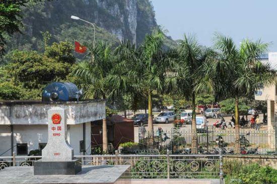 中国的界碑后是越南的街景