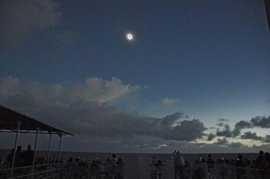 2011年7月,太平洋旅行者们在船上拍摄到的日食景象。