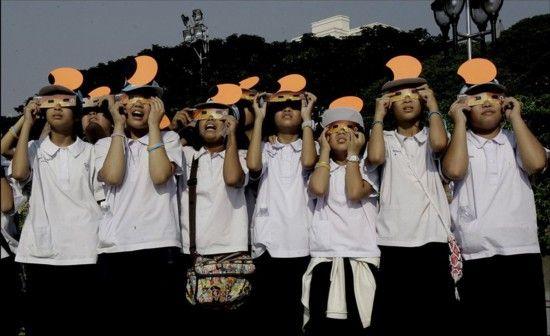 泰国中学生通过特殊镜片捕捉到的日食。