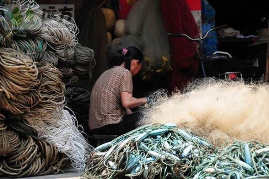 织渔网的渔民 图片来源:远方网