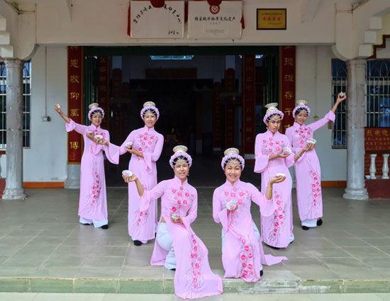 京族妇女在跳天灯舞 图片来源:独行侠H 新浪博客