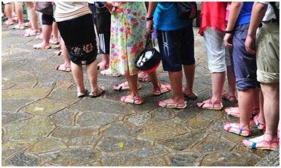 手脚并用地攀登瀑布 图片来源: 雪莲 新浪博客