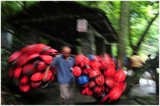 瀑布用的头盔要回收 图片来源: 雪莲 新浪博客