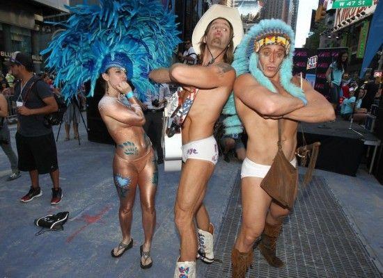 美国内衣节街头狂欢 豪放美女裸身出镜组图