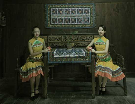 广西是壮族居住的主要地区,壮族妇女擅长纺织和刺绣,所织的壮布和壮锦,均以图案精美和色彩艳丽著称,还有风格别致的蜡染也为人们所称道。在服饰上男子与汉族无多大区别,而壮族妇女的服饰却颇有特色,形成自己独特的服饰文化和穿戴艺术。壮族妇女的服饰端庄得体,朴素大方,又不失多姿多彩,特别喜欢在鞋、帽、胸兜上用五色丝线绣上花纹,人物、鸟兽、花卉,五花八门,色彩斑斓。