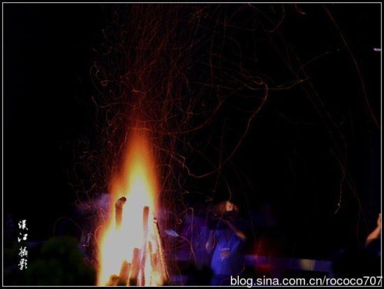 篝火燃烧夜空