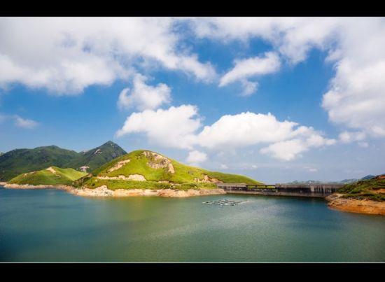 天湖上的蓝天白云 图/老桨 新浪博客