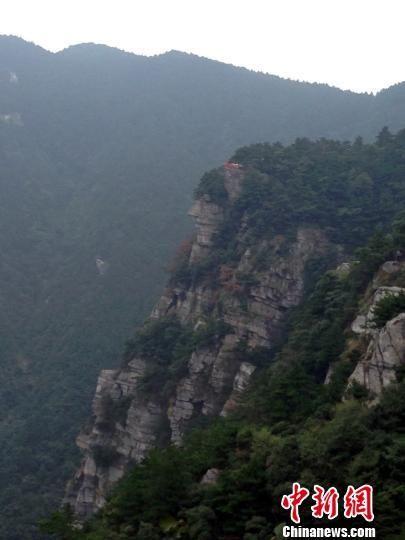 游客可以看到一处酷似人物头像的危崖峭壁,眉眼口鼻下巴等五官轮廓清晰。